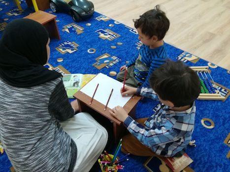 Наши деткипостигали основы ислама, арабские буквы, пока их родители слушали лекцию «Любовь к посланнику Аллаха (мир ему и благословение Всевышнего)»