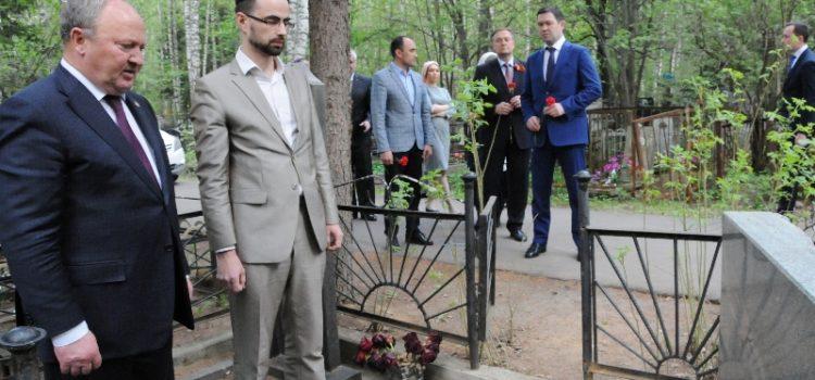 Р.К.Ахметшин возложил цветы на могилу советского разведчика