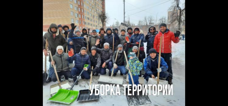 Волонтёры МРОМ вышли убирать последствия снегопада